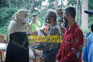 Bupati Masnah Serahkan Ratusan Paket Sembako Kepada Masyarakat Terdampak Covid-19 di Talang Duku