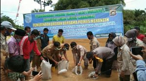 Wakil Bupati bersama Kapolres Tebar Bibit Ikan di Desa Baru Nalo