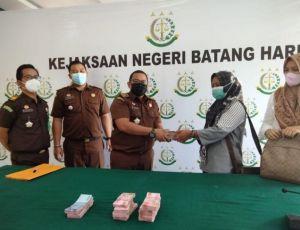 Kasus Turap Desa Kembang Tanjung, Istri PJ Kades Titipkan Uang Ratusan Juta ke Kejari