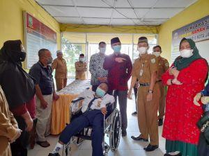 Peduli Disabilitas, Ketua DPRD Edi Serahkan Bantuan Kursi Roda